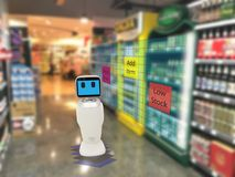 聪明的零售概念,机器人服务用途检查的数据或商店 免版税库存照片