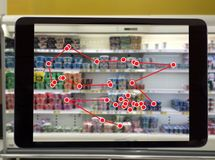 聪明的零售概念,机器人服务用途检查的数据或商店 库存图片