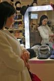 聪明的alec女孩在商业中心 库存照片