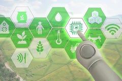 聪明种田,与人为intelligenceai的工业农业概念 巧妙的农夫用途机器人和被增添的现实techn 免版税图库摄影