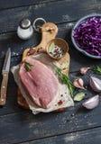 肉、红叶卷心菜、葱、大蒜、香料和草本未加工的成份烹调的可口和健康午餐 库存照片