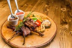 从肉、调味汁和菜的美妙地供食的食物 图库摄影