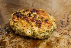 肉与切得很细的莳萝油煎的开胃特写镜头的炸肉排晒干用香料和盐准备健康午餐 免版税库存照片