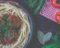肉丸用西红柿酱和意粉特写镜头 免版税库存照片