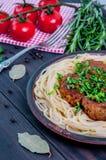 肉丸用西红柿酱和意粉特写镜头 图库摄影