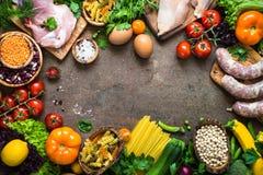 肉乳酪豆和菜在黑暗的石桌上 免版税库存照片