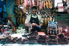 肉供营商在Boqueria市场,巴塞罗那,西班牙上 免版税库存照片