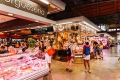 肉制品待售在巴塞罗那市上圣卡塔琳娜州市场  库存照片