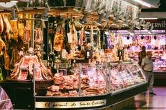 肉制品待售在巴塞罗那市上圣卡塔琳娜州市场  库存图片