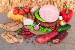 肉制品 熏制的火腿,香肠,烟肉,菜 库存照片