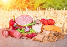 肉制品 熏制的火腿,香肠,烟肉,菜 免版税库存照片