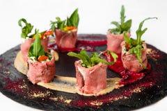 肉卷异常的盘用草本和在石头pla的调味汁 库存照片