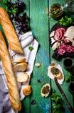 肉和乳酪、baquette、pesto和酒 库存图片