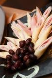 肉和乳酪卷用橄榄 库存图片