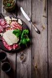 肉和乳酪在黑暗的砧板 库存图片