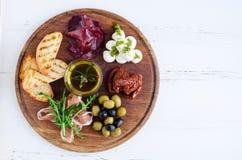 肉和乳酪盘子开胃小菜快餐 免版税图库摄影
