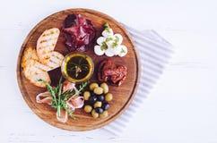 肉和乳酪盘子开胃小菜快餐 免版税库存照片