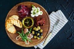 肉和乳酪盘子开胃小菜快餐 免版税库存图片