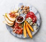 肉和乳酪盘子 免版税库存图片