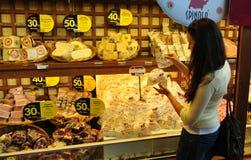 肉和乳酪陈列室在超级市场 意大利 免版税库存照片