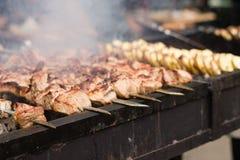 肉和土豆在格栅 库存图片