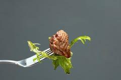 肉和沙拉在叉子 免版税库存图片