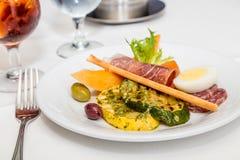 肉和菜在开胃小菜板材 免版税库存照片