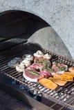 肉和菜在格栅 免版税库存图片