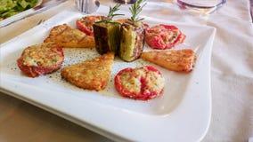 肉和菜快餐 无动于衷 在白色桌布的地中海烹调在意大利餐馆 库存照片