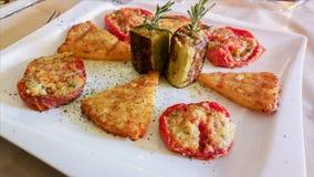 肉和菜快餐 无动于衷 在白色桌布的地中海烹调在意大利餐馆 免版税库存照片