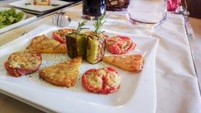 肉和菜快餐 无动于衷 在白色桌布的地中海烹调在意大利餐馆 免版税图库摄影