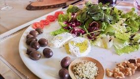 肉和菜快餐 无动于衷 在白色桌布的地中海烹调在意大利餐馆 图库摄影