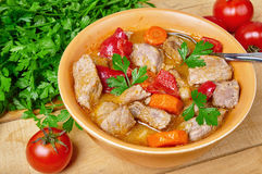 肉和蔬菜炖煮的食物 免版税库存照片