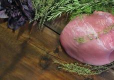 肉和辣草本在木背景 库存照片