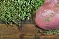 肉和辣草本在木背景 库存图片