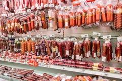 肉和香肠准备好待售在大型超级市场Karusel 免版税库存图片
