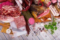 肉品种在桌上的 免版税库存照片