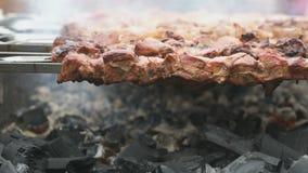 肉在格栅的金属串准备 股票视频