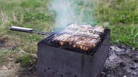 肉在火盆的煤炭油煎 股票视频