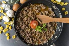 肉小汤用在平底锅的蕃茄,木小铲,壳浆糊,鸡蛋,大蒜,葱,香料,黄油,顶视图 免版税库存照片