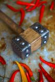 肉工具,金属化在织地不很细背景的手工制造支柱,厨房untensils 免版税库存图片