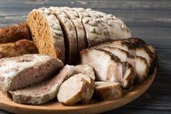 肉开胃菜-香肠,火腿,烟肉用新鲜面包 免版税库存图片