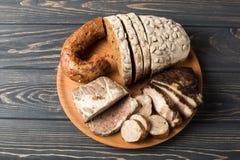 肉开胃菜-香肠,火腿,烟肉用新鲜面包 免版税库存照片