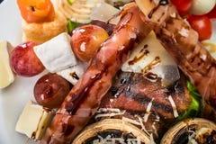 肉开胃酒用葡萄和乳酪 库存图片