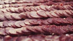 肉服务的线  意大利烹调,结婚宴会 可口肉片、香肠和烟肉 好的妙语apetit 关闭 股票录像
