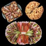 肉末大面包和鸡领带在玻璃烤盘用开胃菜断送并且发酵了在黑背景隔绝的小面包干 库存照片