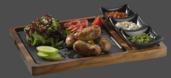 肉末香肠在格栅的装饰油煎的土豆wi 库存照片
