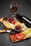 肉板材开胃小菜快餐-意大,青纹干酪,瓜,葡萄,橄榄 免版税库存照片