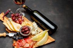 肉板材开胃小菜快餐-意大,青纹干酪,瓜,葡萄,橄榄 库存照片