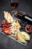 肉板材开胃小菜快餐-意大,青纹干酪,瓜,葡萄,橄榄 免版税库存图片